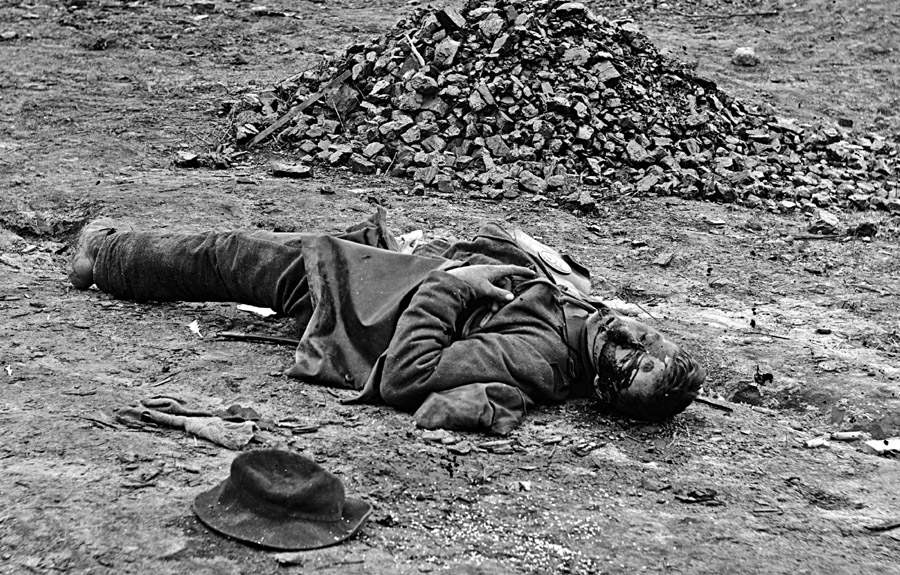 Dead_soldier_(American_Civil_War_-_Siege_of_Petersburg,_April_1_1865)
