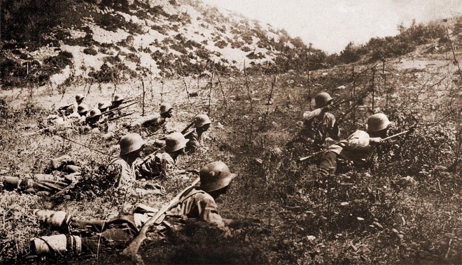 Bulgarian_soldiers_with_wire_cutters_WWI_(contrasted)