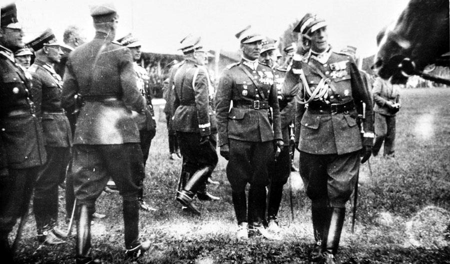 35,Gen_bryg_Wojska_Polskiego_Franciszek_Kleeberg_salutujacy_oraz_general_brygady_L_KmicicSkrzynski