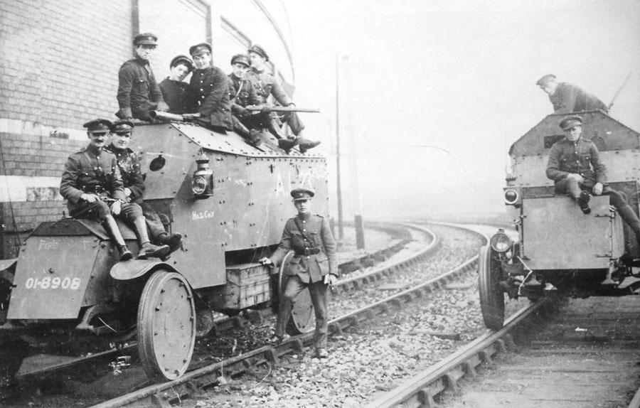 Британские бронедрезины на городской железнодорожной станции