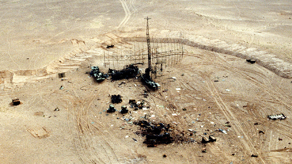 Destroyed_Iraqi_radar_in_the_desert