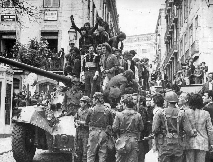 25 de abril 1974, multitud sobre un carro de combate en Lisboa