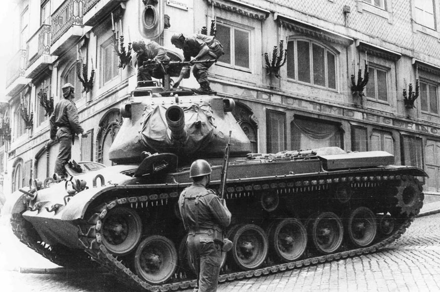 AMS 25 de Abril de 1974 tanque do MFA no Chiado