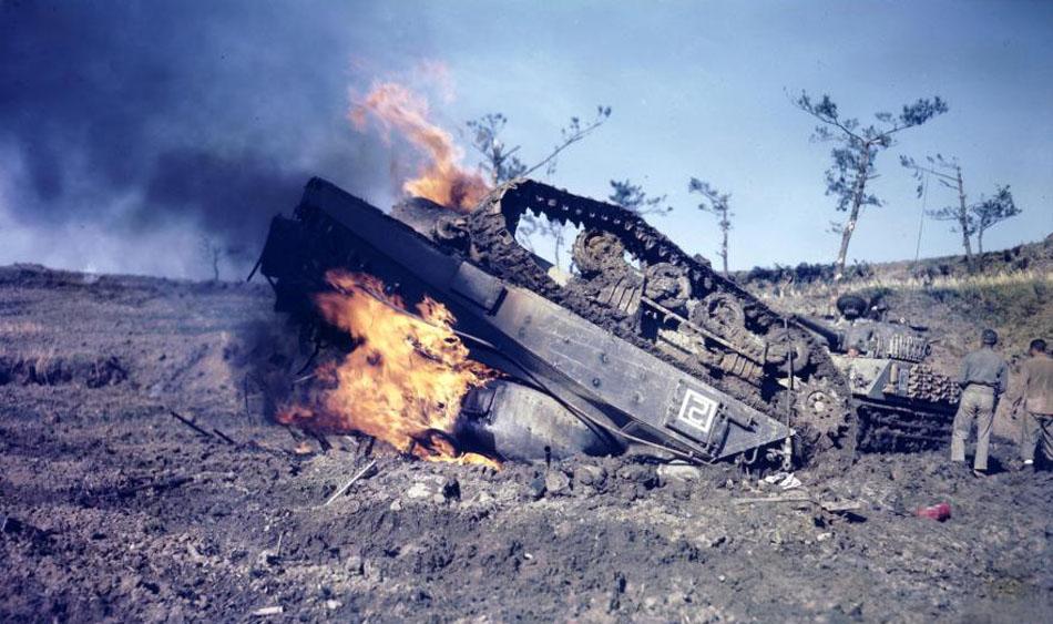 2-Wk-Eroberung-von-Okinawa-1945-brennender-US-PanzerFoto-