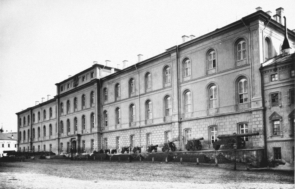 Старое_здание_оружейной_палаты_(кремлёвские_казармы)