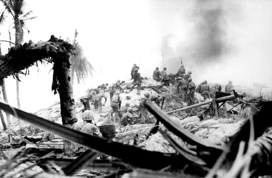 Marines_storm_Tarawa