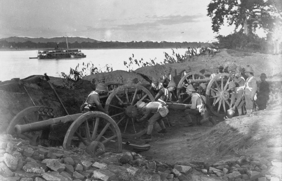 British_soldiers_dismantling_cannons_ava1885