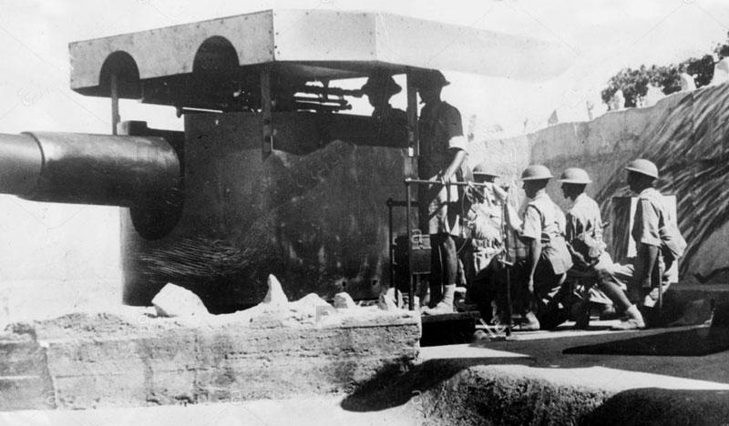 an-indian-gun-crew-working-one-of-hong-kong-s-coast-defence-guns-as-B5F620