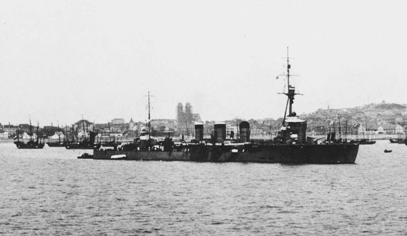 Japanese_cruiser_Tenryu_in_Shanghai_1932
