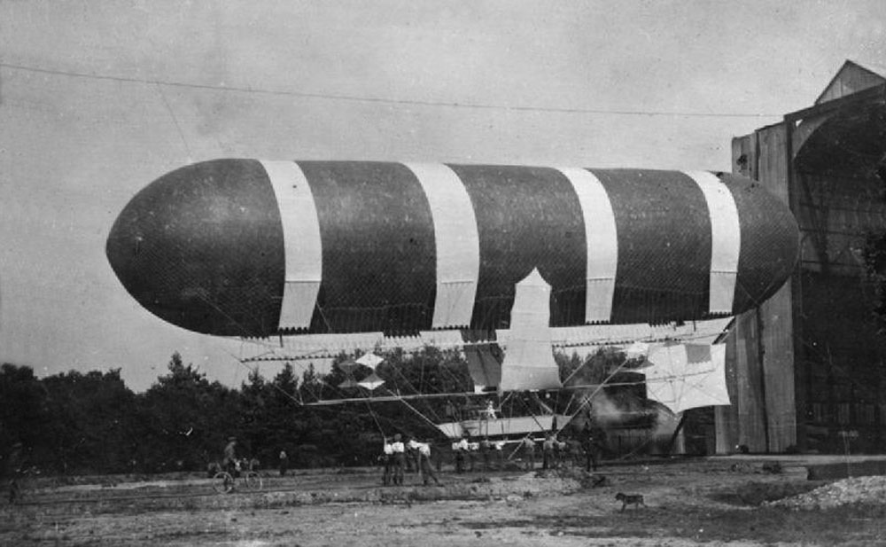 Nulli_Secundus_before_first_flight_Sept_1907_IWM_RAE-O_690.jpg