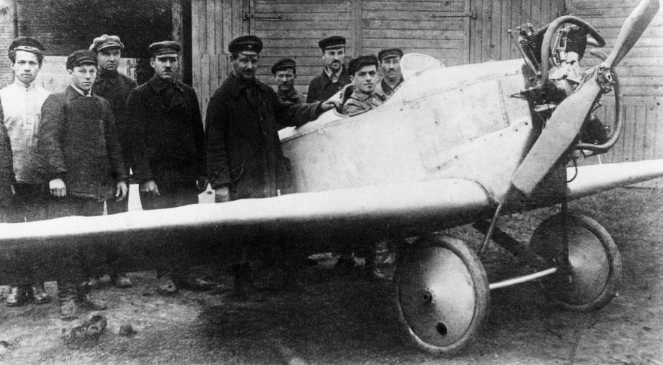 2.Konstruktor-A.N.Tupolev-v-tsentre-u-ANT-1..jpg