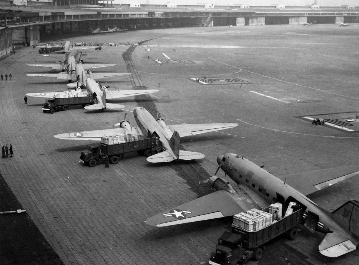 C-47s_at_Tempelhof_Airport_Berlin_19481.jpg