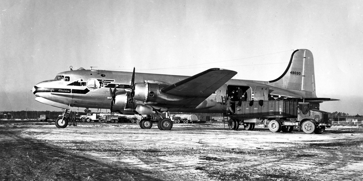 Douglas_C-54E_Skymaster_during_Berlin_Airlift_c1948.jpg