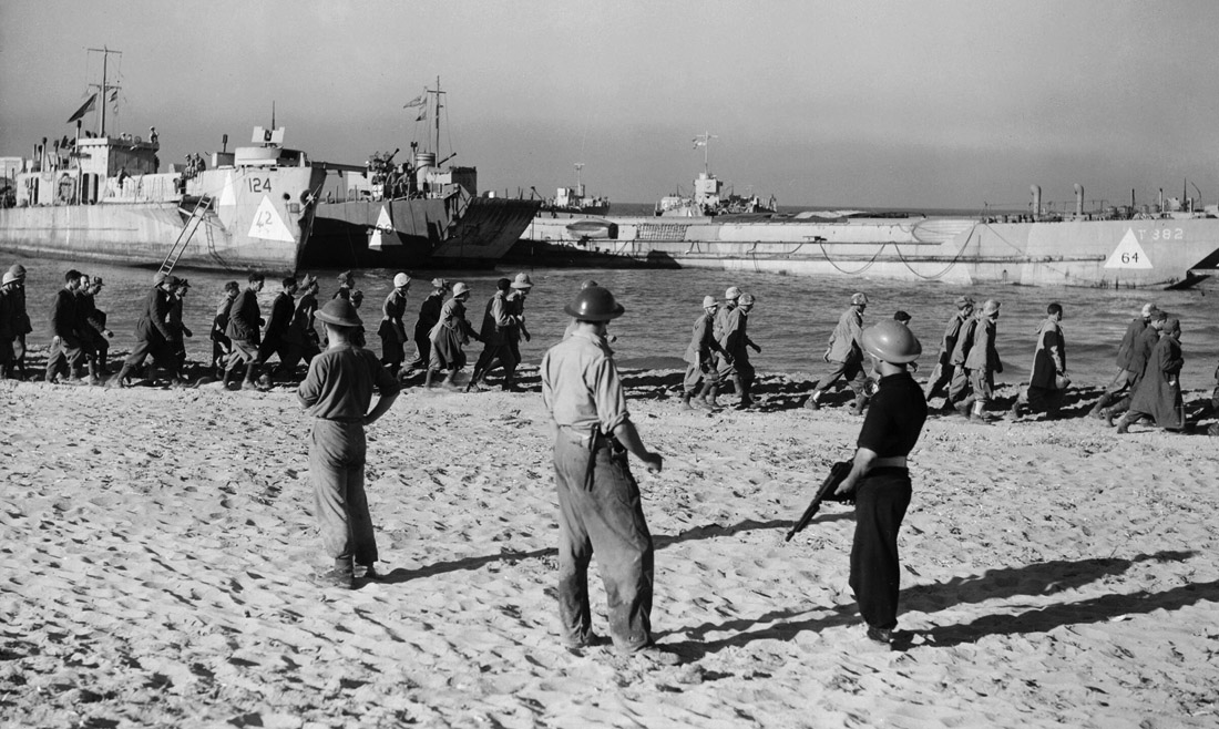 Italian_POWs_march_to_waiting_landing_craft_during_the_Allied_invasion_of_Sicily,_July_1943._A17913.jpg
