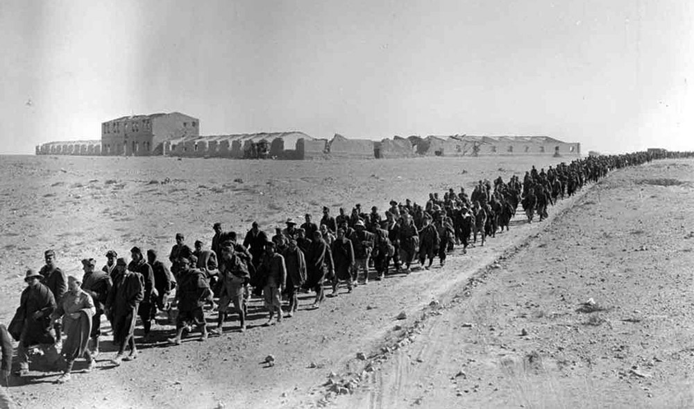 Italian-prisoners-captured-at-Sidi-Barrani-are-marched-into-captivity..jpg