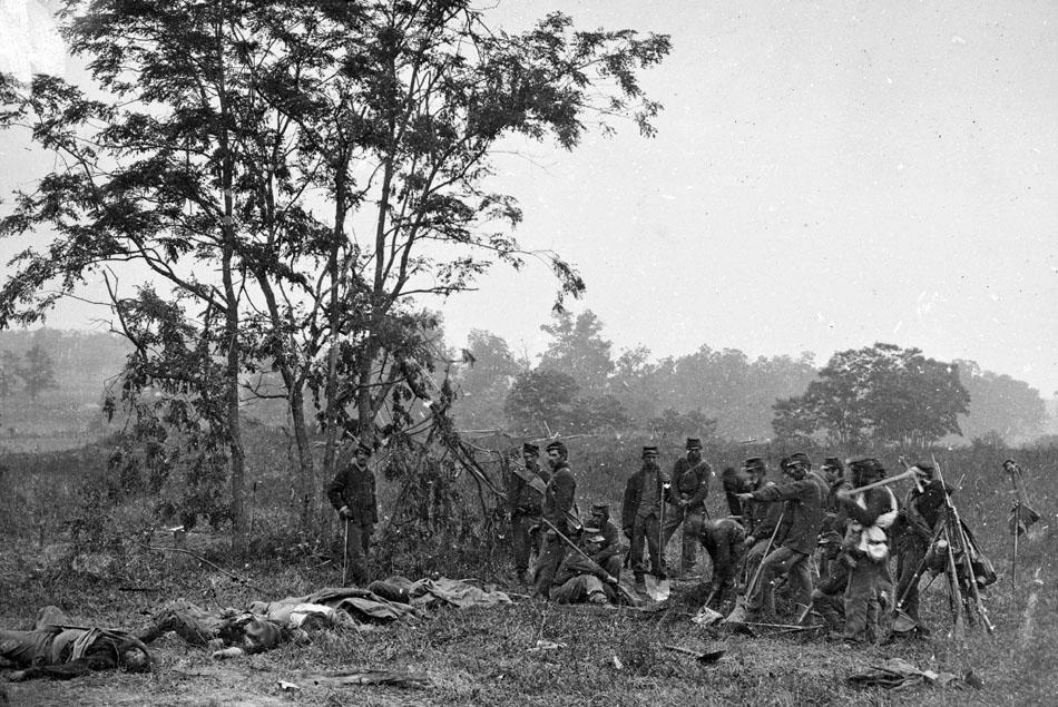 Battle_of_Antietam,_1862,_burial_crew_of_Union_soldiers