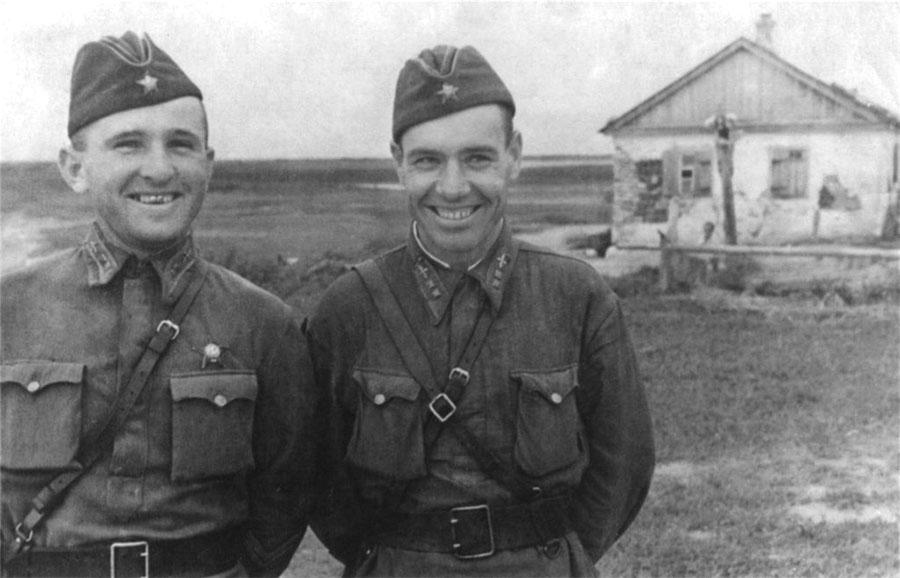 Август 1941Дудник (справа) с другом - командиром звена 81 дальне-бомбардировочного АП Таран П А