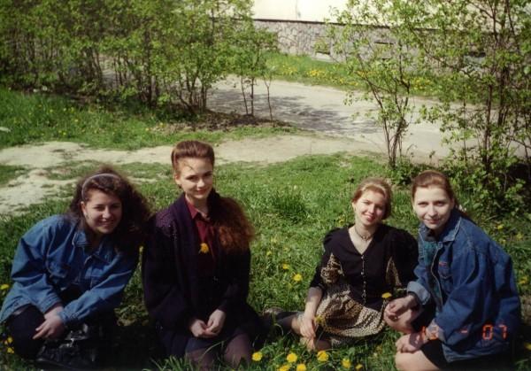 Подруги весной 1