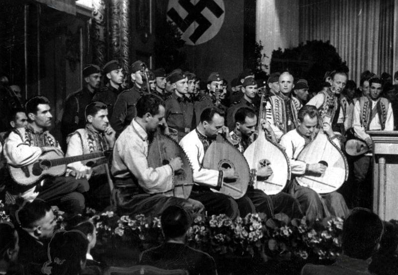 День радио 1943г. Украиниские бандуристы на сцене.