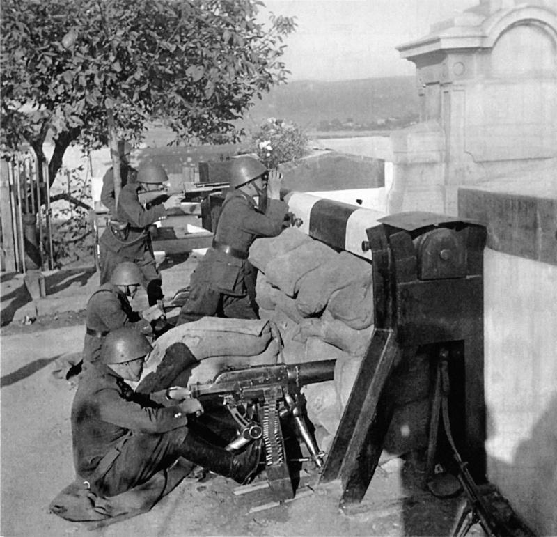 Бойцы чехословацкого пограничного отряда готовятся к отражению венгерского наступления агрессии