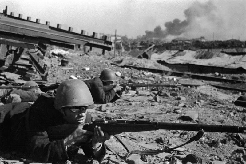 Бойцы рабочего батальона в районе завода «Красный Октябрь»