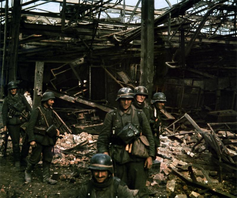 Немецкая штурмовая группа на развалинах завода в Сталинграде