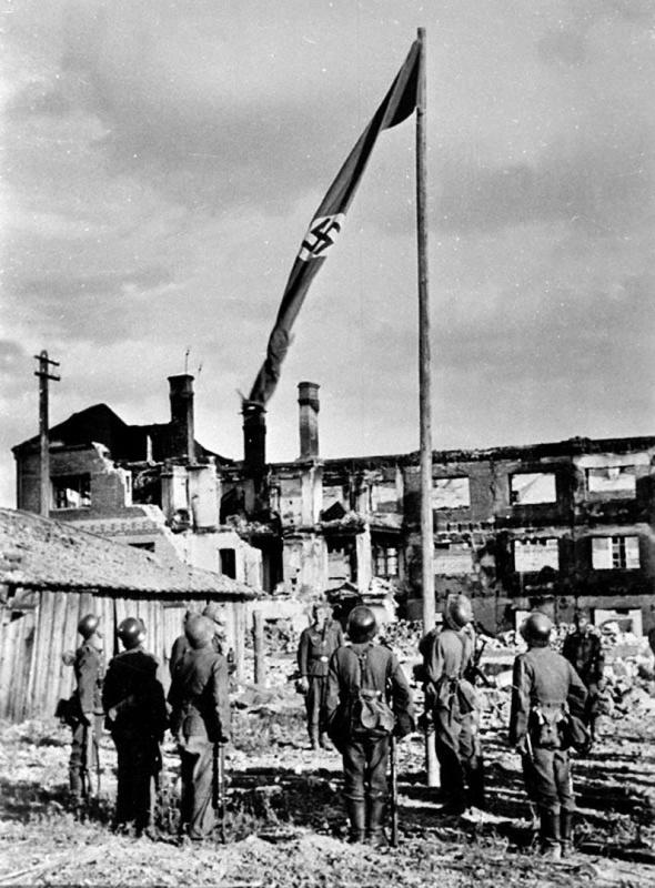Поднятие фашистского флага в одном из занятых районов Сталинграда