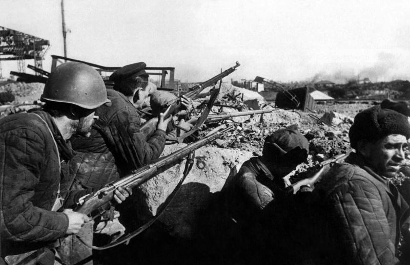 Рабочие cталинградских заводов во время боев в городе