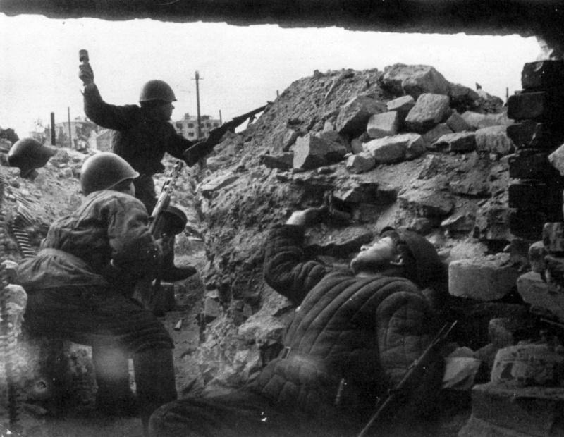 Советская штурмовая группа перед атакой в Сталинграде