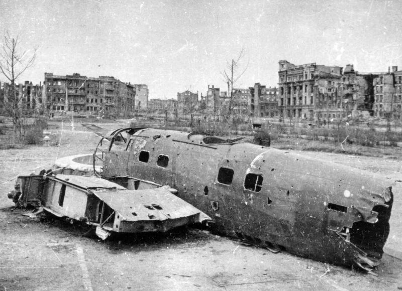 Сталинград после окончания Сталинградской битвы. Остов сбитого немецкого бомбардировщика He-111
