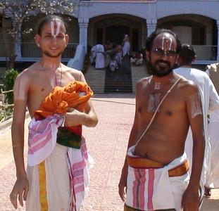 ISKCON_Tirupati_2007_Balaji_priests 1_