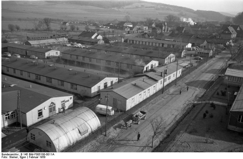 Bundesarchiv_B_145_Bild-F005100-0011A,_Lager_Friedland,_Lager_mit_Baracken
