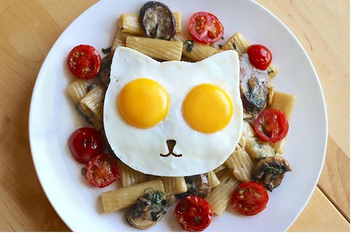 яичница в виде мордочки кота