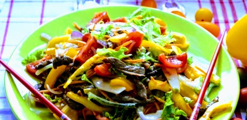 Теплый разноцветный салат с говядиной и с азиатской ноткой