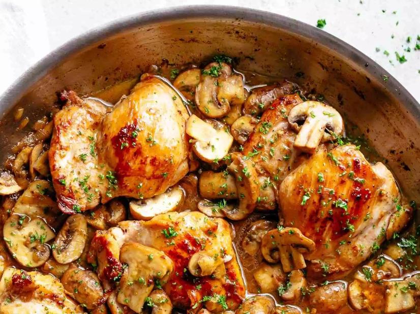 Жареные куриные бедра в чесночно-грибном соусе