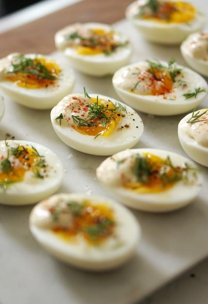 стильный завтрак яйца с паприкой и зеленью