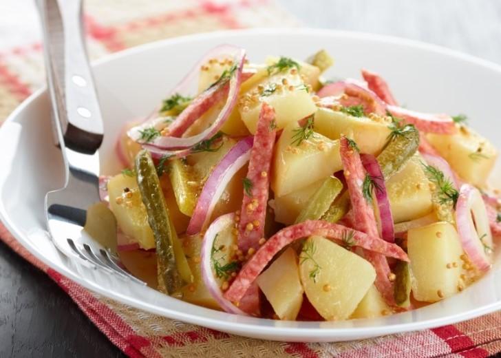 простой картофельный салат с красным луком