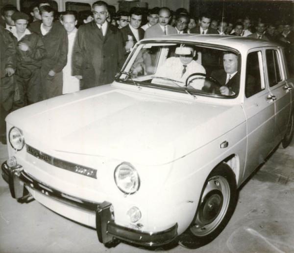 1968-Nicolae-Ceauşescu-la-volanul-primei-maşini-Dacia-1100-produsă-la-Piteşti-Fototeca-online-a-comunismului-românesc