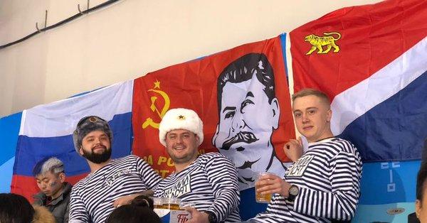 «С нами Сталин!»: российские болельщики на Олимпиаде вывесили флаг с генералиссимусом