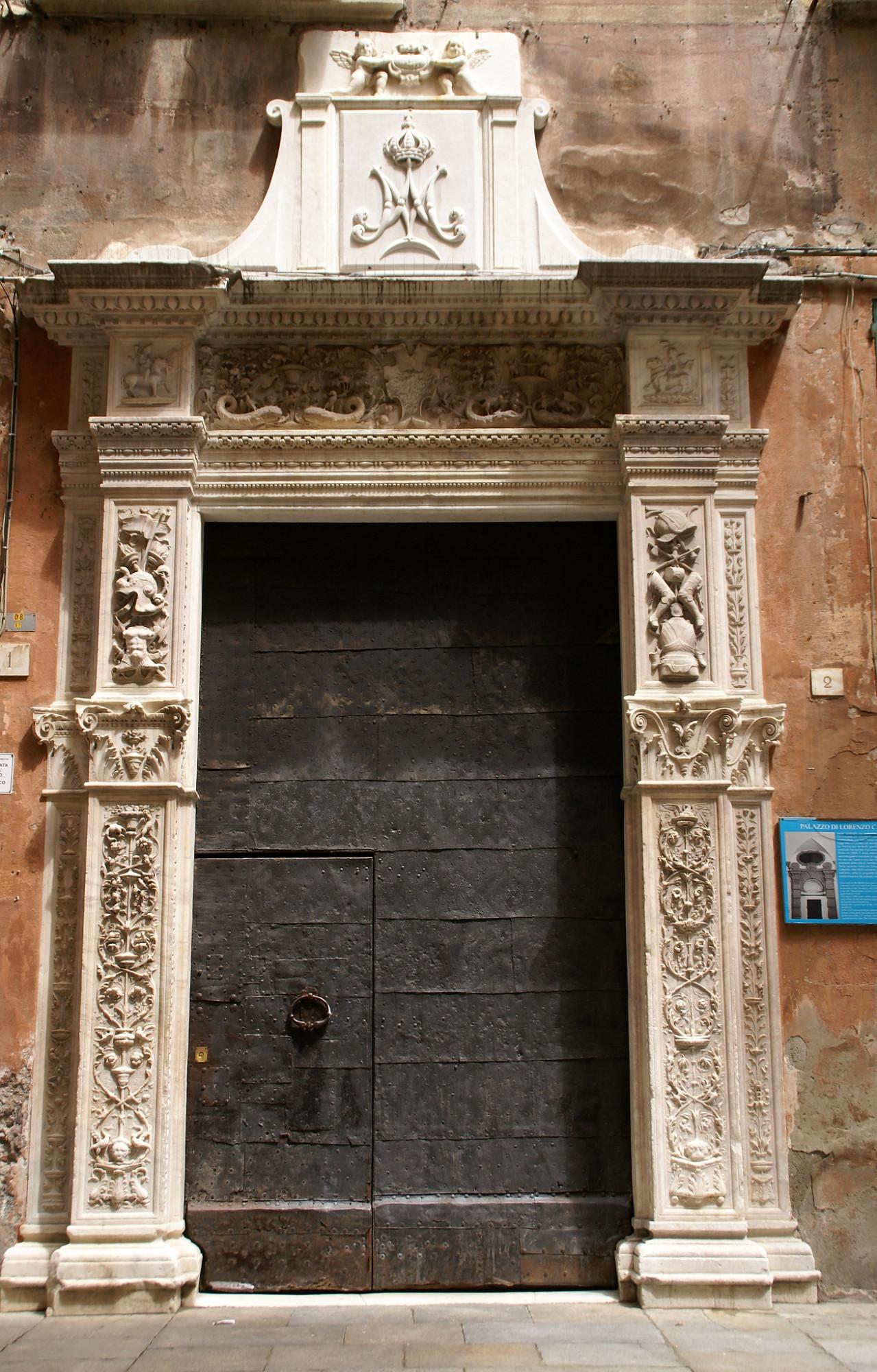 """В старой Генуе, где обшарпанные здания, сомкнув ряды образуют узкие улочки ( в Генуе они называются каруджи), постоянно натыкаешься на маленькие открытия.Мы обедали в траттории, которая называлась """"Грилло парланте"""", что можно перевести, как Говорящий сверчок ( и это отсылает к знаменитому Пиноккьо, который почти родственник толстовскому Буратино).На этой  же улочке я заметила дом с  потрясающей  украшенной резьбой по сверкающему мрамору старую железную дверь. Этот контраст и зацепил."""