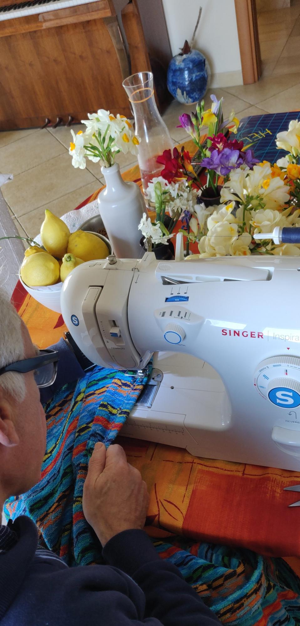"""Сегодня вытащили швейную машинку. Руками шить умею, а вот на машинке у нас есть """"кот Матроскин"""". Кратко не получается. У меня есть любимый халат Миссони, на какие-то бонусы купленный. Я его обожаю. Для меня он необходимый предмет утреннего счастья: закутаться в него и пить утренний кофе. Временами я нервно проверяю: не протерся ли он на заднице?У Саши тоже есть халат, но он к нему относится, как и полагается относиться к удобной вещи, которую можно накинуть после душа."""