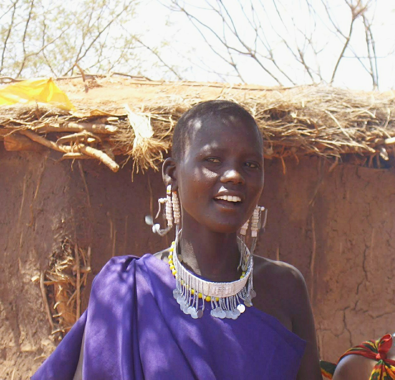 У этой девушки я купила украшения. Проволока, бисер. Очень органичны на масаях, нелепые для меня. Где-то валяются...