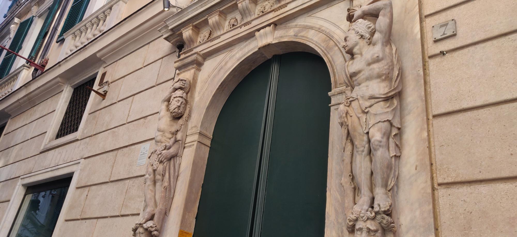 Такие мраморные украшения дверей в Генуе на каждом шагу