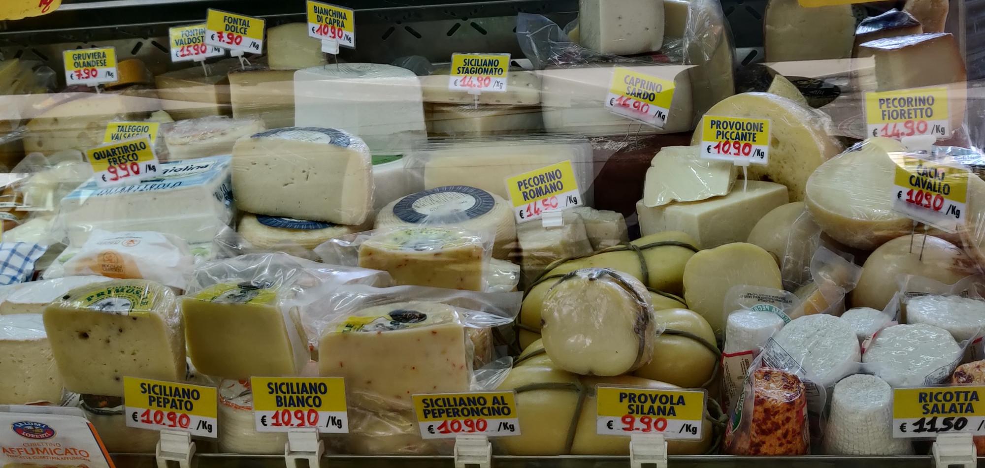 У моего сырника ещё руки были свободными.Купила новый овечий сыр.