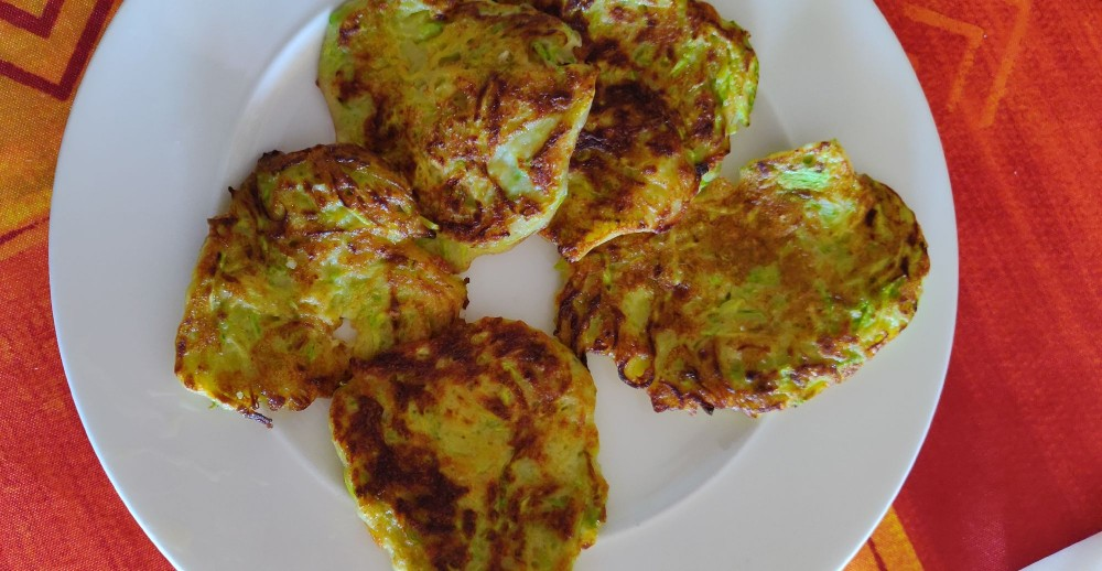 Самое вкусное блинчики. Натереть, добавить яйца и немного ( очень мало) муки. Молоко не добавляла. Посолить, размешать и жарить.Как же это вкусно!