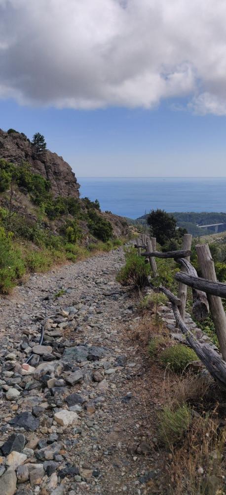 После обеда с Марко и Джерманой поехали в горы. Было около 5 и солнце ещё жарило.  Не устаю восхищаться красотой открывающихся видов.