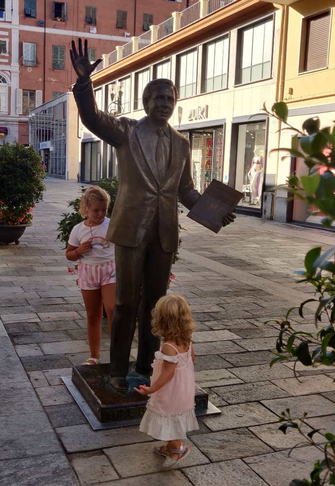 Это знаменитый Майкл Бонжорно. Его знает каждый итальянец. Итальянское телевидение без Майкла трудно представить.