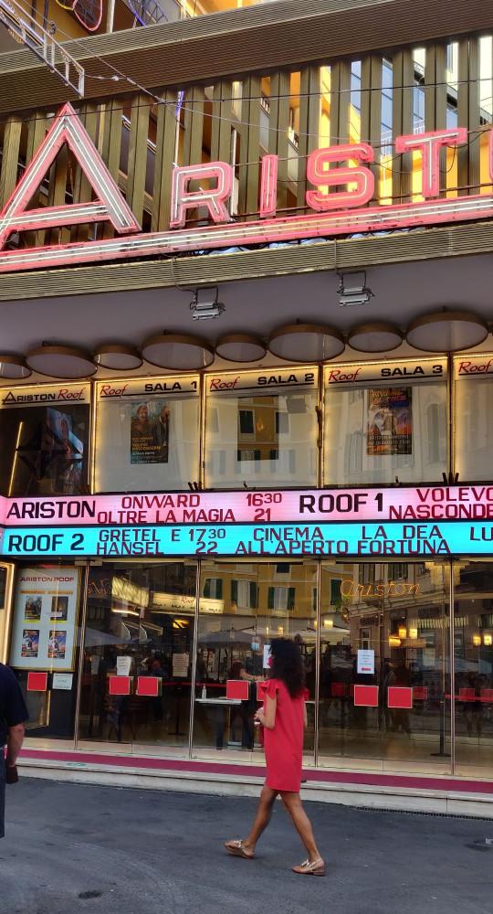 Аристон- неприметное, зажатое с двух сторон домами, здание- концертный зал фестиваля