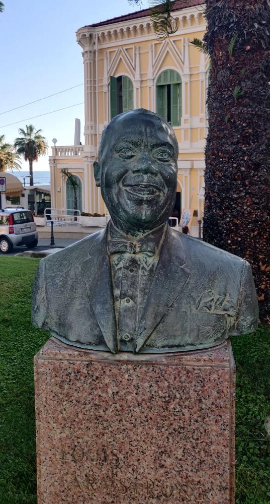 Напротив Казино памятник Луису Армстронгу, который в 1986 году участвовал в  музыкальном фестивале.