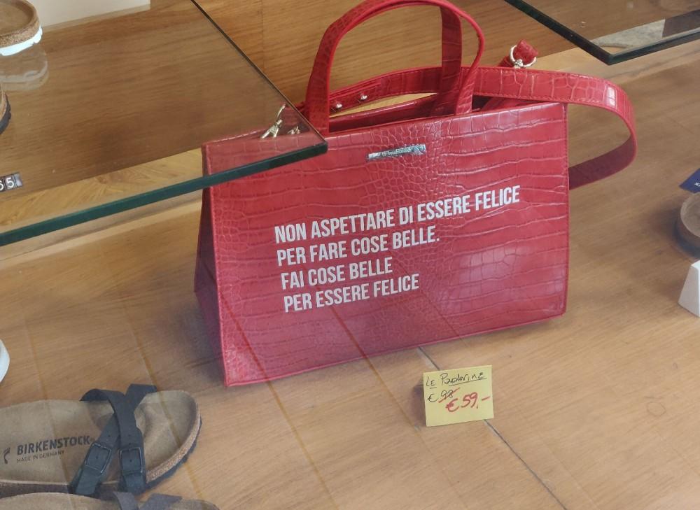 Жизнеутверждающие сумочки:Не жди, когда станешь счастливой, чтобы делать красивые вещи.Делай красивые вещи, чтобы быть счастливой
